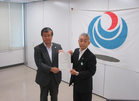 北海道運輸局渡邊局長(写真左)から許可状を受け取る小上社長(写真右)へ
